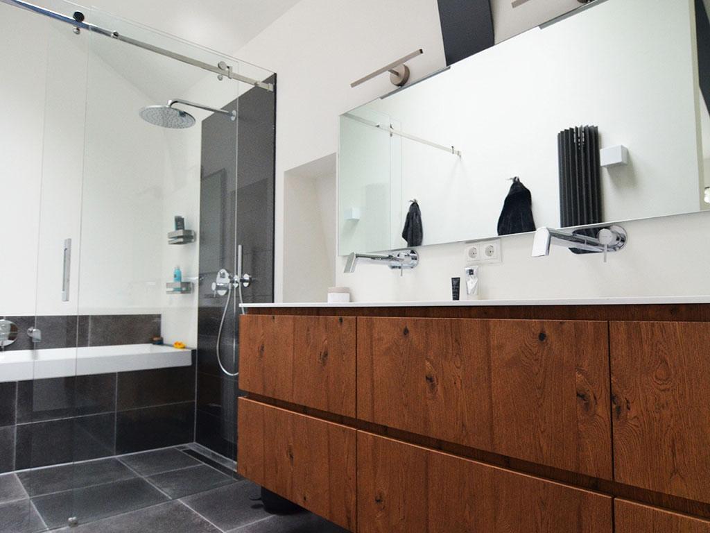 Grote Tegels Badkamer : Voor badkamers in een modern jasje met grote tegels en een strakke